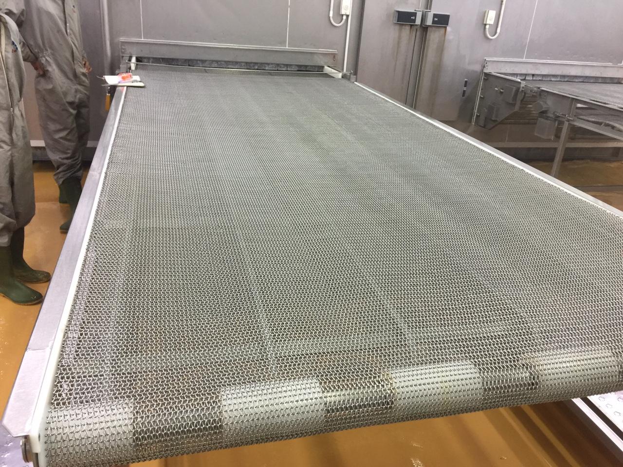 So sánh băng tải lưới inox với băng tải xích inox