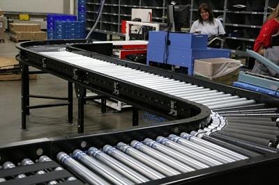 Vận chuyển hàng hóa dễ dàng bằng băng tải hàng con lăn