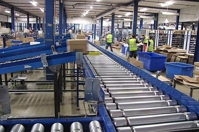 Xử lý hàng hóa tự động với băng tải pallet